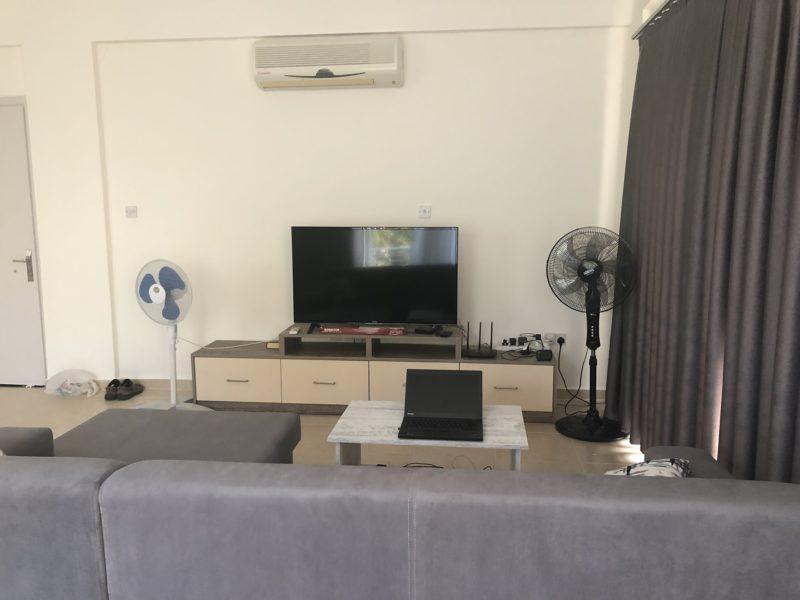 Leilighetens stue med smart tv